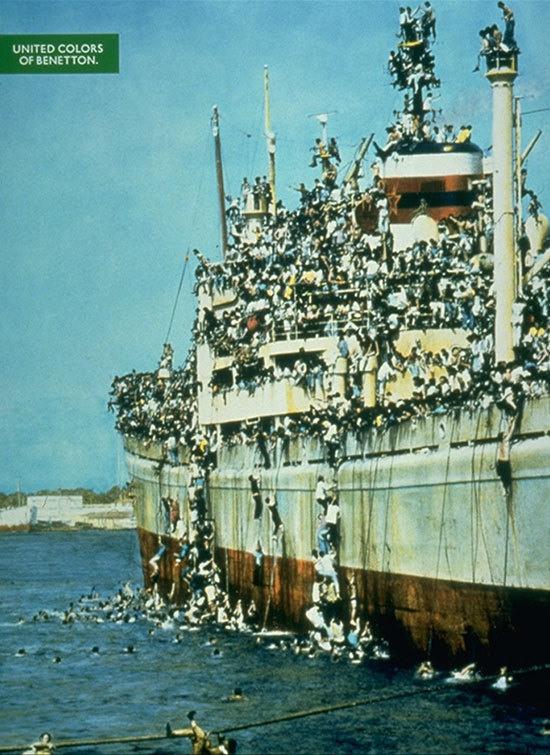 5 Албанские беженцы, залазят на итальянский корабль по канатам