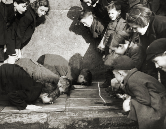 16. Peanuts street game. London, 1938.
