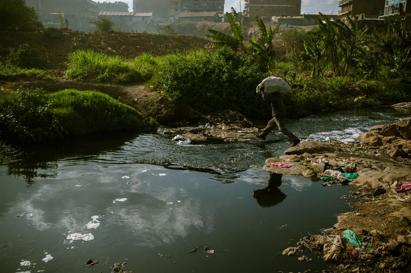 """5.Сборщик с """"товаром"""" пересекает речку Найроби."""