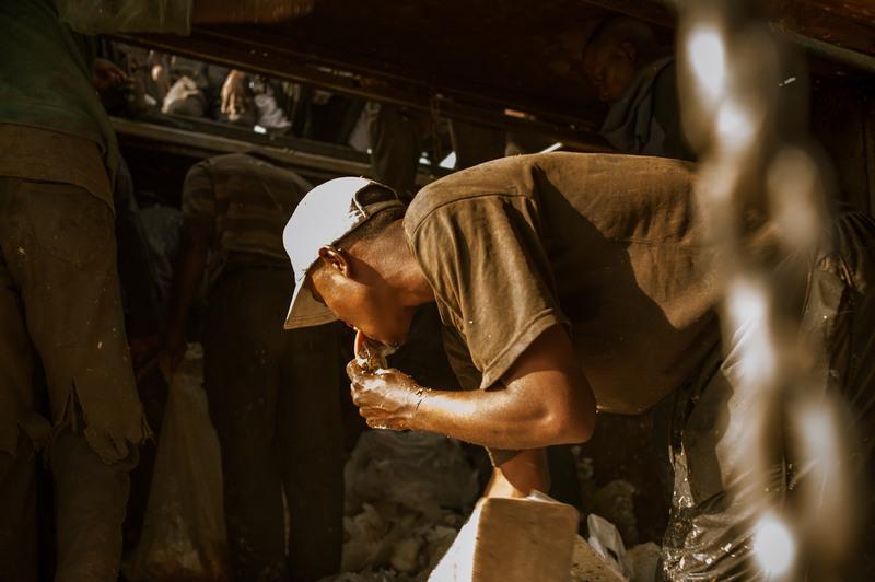 16.Съедобные отходы отправляются в пищу, а несъедобные - сортируются и относятся перекупщикам вторсырья.