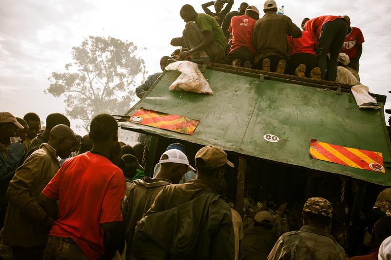 23.Каждое утро масса людей борется за объедки, привезенные на свалку грузовики.