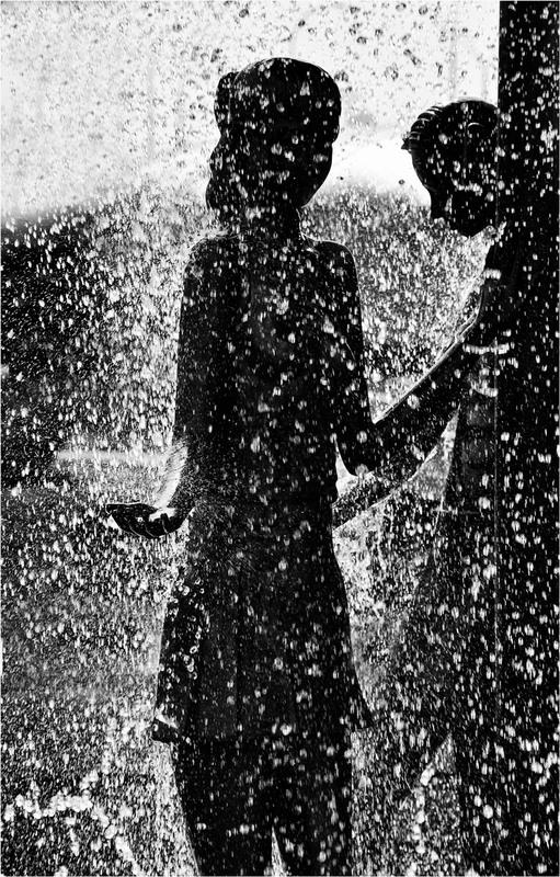 фото двое под дождём