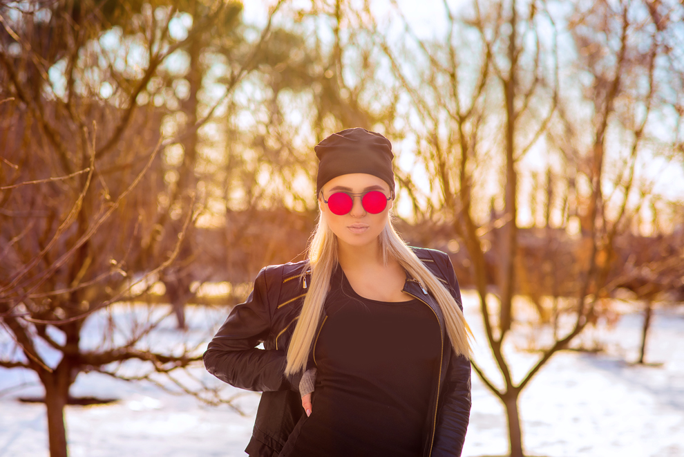 Фотография Vintage sunny portrait of cute young blonde woman with red sunglasses on bright natural background / Валентин Шепитько / photographers.ua