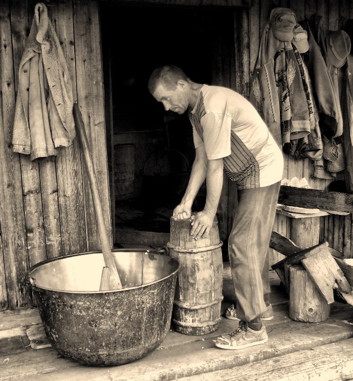 Фотография Майстер сиру из альбома Сни автора Артур Сіренко.  Описание: На гірській полонині в колибі роблять сир.